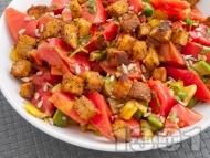 Рецепта Салата с розови домати, авокадо, чушки и крутони